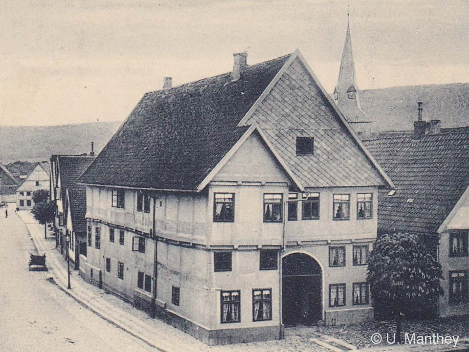 In 1907 the Peterssche House with its grey painting still looks rather insignificant.